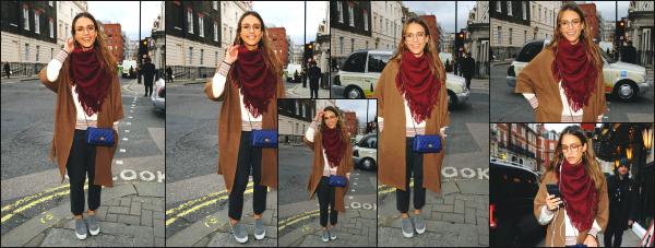 - 22.02.17 ─ Notre ravissante Jess Alba est photographiée alors qu'elle se baladait dans les belles rues de Londres. [/s#00000ize]La belle Jess venait de quitter un restaurant en pleins centre de Londres lorsqu'elle à été photographiée ! Sa tenue est plutôt sympa même si je suis fan.  -