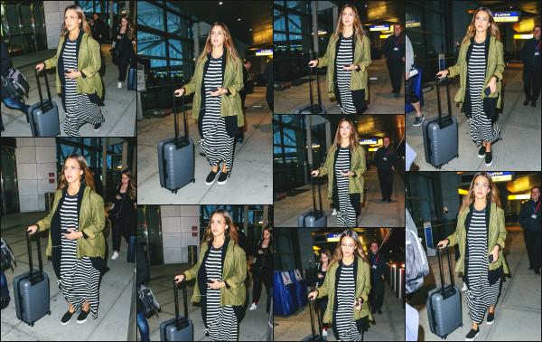 - 04.04.17 ─ Notre ravissante Jessica Alba est photographiée, arrivant dans l'aéroport « JFK » située à New York ! [/s#00000ize]La belle Jessica attérit ce jour là très tôt dans la grande ville de New York. La tenue qu'elle porte n'est pas bien différente que celle de la veille. Petit top  -