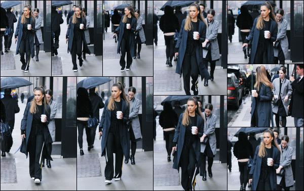 - 04.04.17 ─ Notre ravissante Jessica Alba est photographiée avec une boisson chaude à la main dans New York ! [/s#00000ize]C'est donc la seconde fois que nous la voyons ce jour là, dans une tenue différente cette fois ci, un peu plus adapté aux températures de New York. Top   -