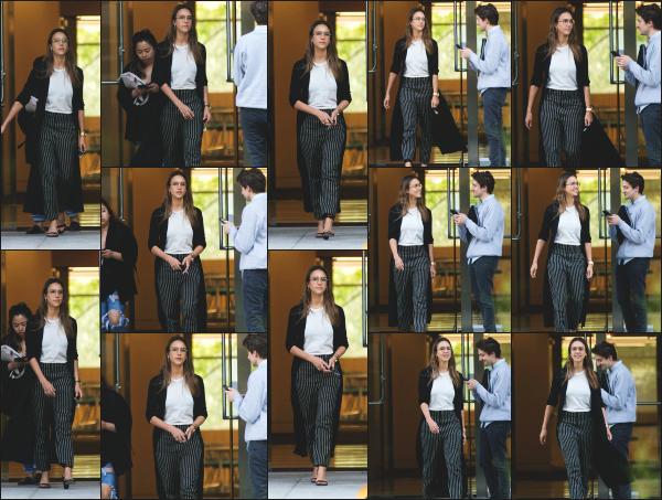- 15.04.17 ─ Notre ravissante Jessica Alba est photographiée, quittant des bureaux dans les rues de Los Angeles ! [/s#00000ize]Notre Business Woman est encore a fond dans son travail et ca fait plaisir a voir. J'aime pas vraiment sa tenue aujourd'hui, ca fait un peu vieux je trouve.   -