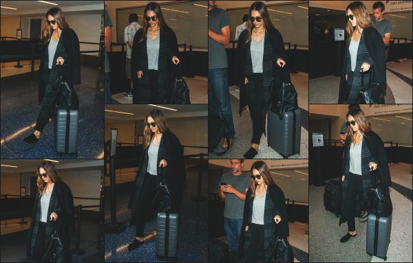 - 16.04.17 ─ Notre ravissante Jessica Alba est photographiée, arrivant dans l'aéroport « LAX » située à Los Angeles [/s#00000ize]La belle décolle pour une destination connue : New York. Nous ne savons pas vraiment ce qu'elle va y faire pour l'instant, nous en saurons plus bientôt.  -