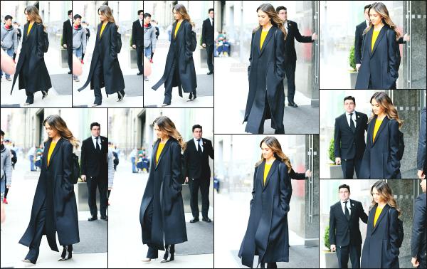 - 17.04.17 ─ Notre belle Jessica Alba est photographiée, alors qu'elle quittait son hôtel dans les rues de New York ! [/s#00000ize]Jessica est donc à présent à New York, pour se rendre à la soirée « The Success Makers Summit » dont les photos sont pas très jolies. Top pour la tenue  -