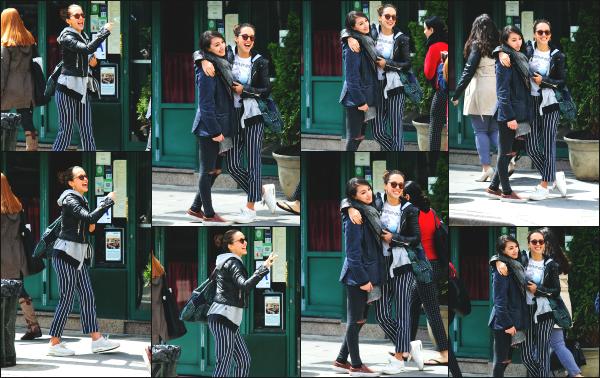 - 09.05.17 ─ Notre belle Jessica Alba est photographiée, alors qu'elle se promenait dans West Village à Manhattan.[/s#00000ize]Jessica a croisée quelque fan comme on peut le voir, et en a profiter pour faire des photos. Je n'aime pas du tout la tenue qu'elle portait par contre. Flop !     -