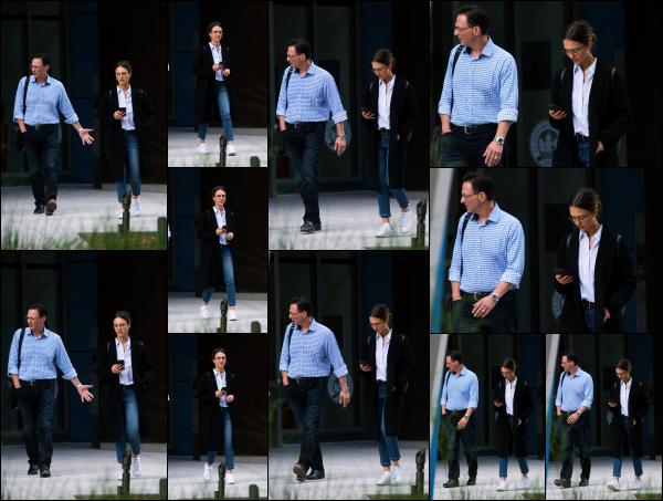 - 12.05.17 ─ La belle Jessica Alba est photographiée, alors qu'elle quittait un immeuble de bureaux à Los Angeles ! [/s#00000ize]Jessica est de retour en Californie et elle se remet au travail dessuite comme à son habitude. Elle portait une tenue vraiment très simple, j'aime bien. Top    -