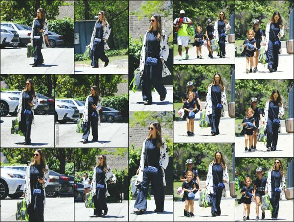 - 20.05.17 ─ Notre belle Jessica Alba est photographiée avec ses filles, allant à un cours de Tennis à Los Angeles ! [/s#00000ize]C'est bien evidemment les deux filles de Jessica qui vont pratiquer un cours de Tennis, en compagnie d'un coach ! J'aime beaucoup la tenue de Jess. Top  -