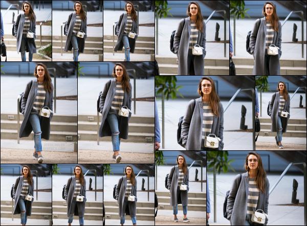 - 17.05.17 ─ Notre belle Jessica Alba est photographiée alors qu'elle quittait un rendez-vous pro dans Los Angeles.[/s#00000ize]De retour au boulot pour Jessica !! Elle portait une très jolie tenue ce jour là, totalement dans son style habituel qu'on aime tant. Je donne un beau top !   -