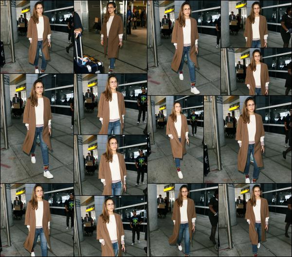 - 14.06.17 ─ Notre ravissante Jessica Alba est photographiée alors qu'elle arrivait à l'aéroport « JFK » de New York ![/s#00000ize]C'est donc à présent dans la ville de New York que nous allons pouvoir apercevoir notre Jess. Une tenue des plus basiques, plutôt sympa je dois dire! Top -