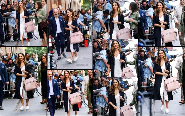 - 15.06.17 ─ Notre ravissante Jess' est photographiée, arrivant au « The View » dans les locaux de ABC Studios à NY[/s#00000ize]C'est dans une tenue un peu plus classe, mais des plus confortable que nous retrouvons Jessica, une seconde fois ce jour là. Un très beau top pour moi ! -