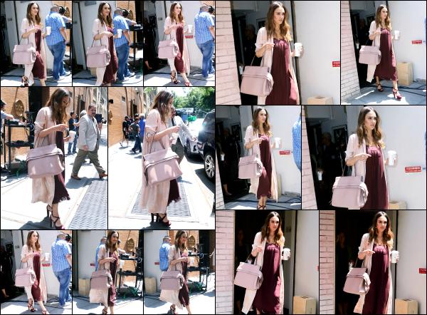 - 15.06.17 ─ Notre ravissante Jess' est photographiée, quittant les locaux de l'émission « The View » dans New York[/s#00000ize]Une nouvelle tenue pour Jessica cette fois encore, elle portait une jolie robe longue bordeaux qui lui va vraiment très bien et son sac assortis à la veste !    -