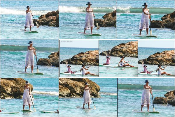 - 14.07.17 ─ Notre belle Jessica Alba est photographiée en pleine séance de paddle durant ses vacances à - Hawaï ![/s#00000ize]Notre petite famille préférée est parti prendre du bon temps à Hawaï, ce qui n'est pas étonnant je trouve étant donné que c'est souvent leur destination. -