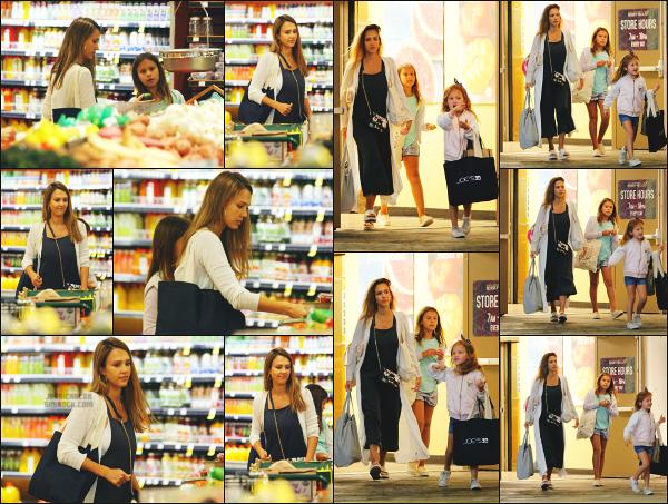 - 30.07.17 ─ Notre belle Jessica Alba est photographiée, faisant ses courses au « Whole Foods » dans  Beverly Hills ![/s#00000ize]C'est une matinée des plus banales pour notre jeune maman ce jour là! Des petites courses accompagnée de ses deux filles. J'aime plutôt bien sa tenue.  -