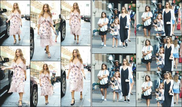 - 03.08.17 ─ La ravissante Jessica Alba est photographiée avec ses filles, se promenant dans les rues de New York.[/s#00000ize]Un peu plus tôt dans la journée, c'est en quittant son hôtel, et ensuite dans les rues de New York que nous l'avons vue ! La robe lui va vraiment très bien. -