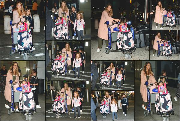 - 02.08.17 ─ La ravissante Jessica Alba est photographiée avec ses filles, arrivant à l'aéroport « JFK » de  New York ![/s#00000ize]La petite famille est donc en petit week end à New York pour des raisons professionnelle pour la part de Jessica ! La tenue est simple, c'est un petit top ! -