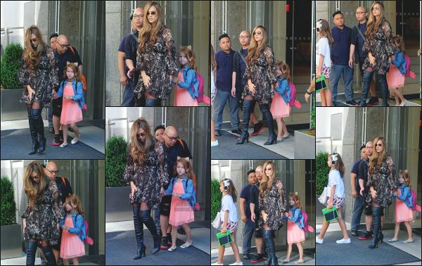 - 04.08.17 ─ La ravissante Jessica est photographiée avec ses filles, quittant son hôtel dans les rues de New York ![/s#00000ize]C'est encore une fois avec ses deux filles que Jess est aperçue, mais sans son mari qui ne doit pas être du voyage ! J'aime bien sa tenue, c'est son style ! -