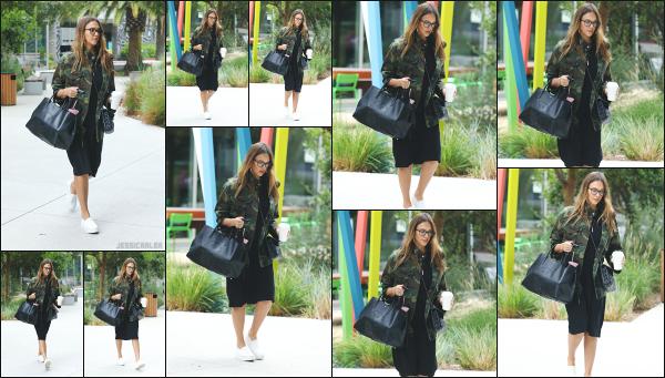 - 25.08.17 ─ Notre ravissante Jessica Alba  est photographiée, arrivant à son bureau dans la ville de Santa Monica !![/s#00000ize]Et voilà, c'est repartie pour le travail, après quelques jours de repos en famille... Un petit café à la main pour se booster avant de bosser, rien de mieux ! -