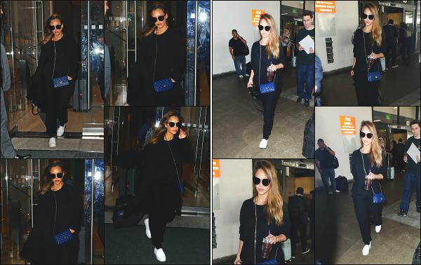 - 10.09.17 ─ La ravissante Jess' est photographiée, quittant l'hôtel « Edition » dans le quartier de Soho à New York ![/s#00000ize]Notre Jessica A. quittait son hôtel pour se à l'aéroport JFK ! Plus tard, c'est a l'aéroport de Los Angeles que nous la retrouvons, venant tout juste d'atterrir -