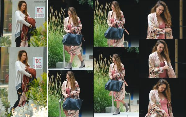 - 14.09.17 ─ La ravissante Jess est photographiée, arrivant dans les bureaux de « Honest Beauty » dans Los Angeles[/s#00000ize]Quelques heures plus tard, c'est en quittant les bureaux que nous retrouvons Jessica, dans une tenue différente que j'aime moyennement ! Un petit top !  -