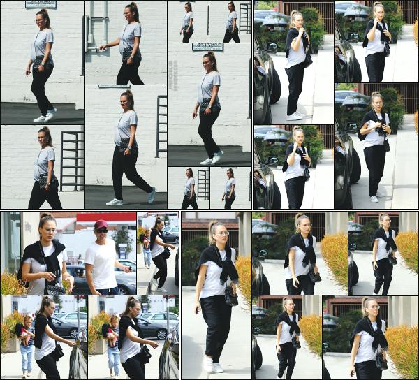 - 16.09.17 ─ La ravissante Jess Alba est photographiée, quittant le magasin « In-Ex » dans les rues de Beverly Hills.[/s#00000ize]Petite sortie en famille ce jour là, ca fait du bien de les voirs ensemble même s'il manque la grande fille de Jessica à l'appel... Je n'aime pas du tt sa tenue -