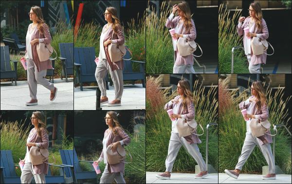 - 20.09.17 ─ La ravissante Jess est photographié, arrivant dans les bureaux de « Honest Beauty » dans Los Angeles.[/s#00000ize]Une journée de travail pour notre Jessica, qui n'a pas l'air si motivée que ca ! Sa grossesse ne passe a présent plus du tout inaperçue je trouve! Beau top -