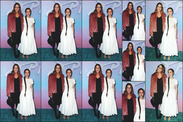 - 21.09.17 ─ La ravissante Jessica Alba assistait à la première de « SPF-18 » avec Cash à la Los Angeles University ![/s#00000ize]Jessica portait une jolie petite robe noire qui va très bien avec la couleur de sa veste ! Je ne l'aime pas trop avec ses lunettes malheureusement... Flop ! -