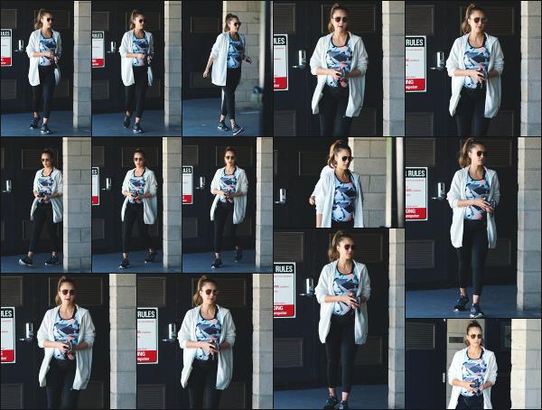 - 23.09.17 ─ La ravissante Jessica Alba est photographiée dans le parking d'une salle de sport à Los Angeles ! (CA) [/s#00000ize]Jessica portait une tenue de sport très simple, mais dans laquelle on peut bien apercevoir son petit ventre qui gonfle de jour en jour. Pas très souriante !  -