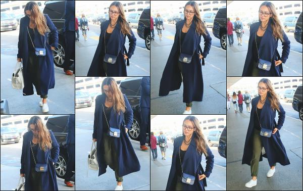 - 25.09.17 ─ La ravissante Jessica Alba est photographiée alors qu'elle arrivait à l'aéroport « LAX » de  Los Angeles ![/s#00000ize]Jessica décolle pour une destination encore secrète a mes yeux. J'aime bien sa tenue, on retrouve un peu mieux son style que celui de la veille. Beau top -