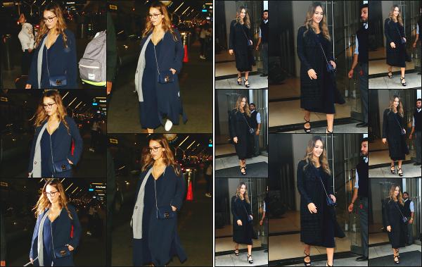 - 26.09.17 ─ La ravissante Jessica Alba est photographiée alors qu'elle arrivait à l'aéroport « LAX » de  Los Angeles ![/s#00000ize]Jessica se rend à l'aéroport pour décoller en direction de New York ! Plus tard, c'est en quittant son hôtel dans le quartier de East Village qu'elle est vue ! -