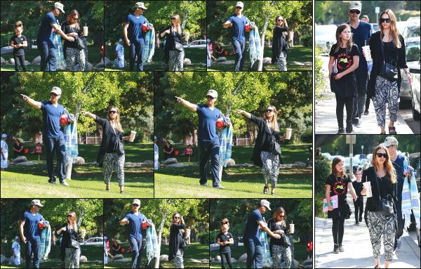- 01.10.17 ─ Notre Jessica A. est photographiée, allant au « Coldwater Canyon Park » avec sa famille à Beverly Hills ![/s#00000ize]Plus tard, après avoir passé un peu de temps avec ses filles et son mari au parc, c'est en quittant le Urth Caffe que nous les retrouvons tout les quatres ! -