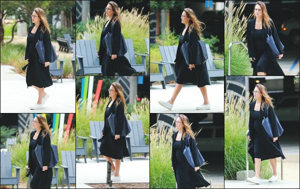 - 03.10.17 ─ Jessica Alba est photographiée alors qu'elle quittait les bureaux de « Honest Beauty » à Santa Monica ![/s#00000ize]C'est donc suite à un meeting que nous retrouvons Jessica ce jour là, toujours toute de noir vêtue, ce qui est un peu nul je trouve. Je lui donne un flop !  -
