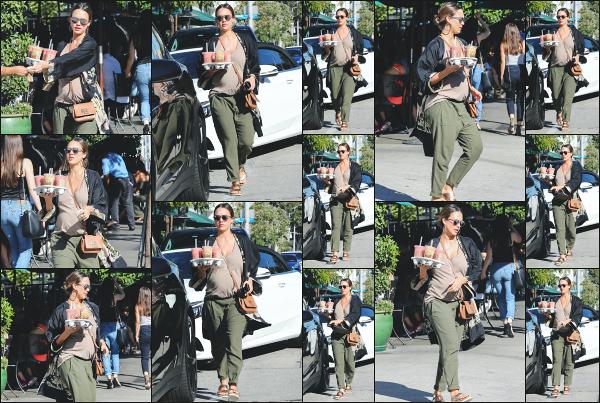 - 07.10.17 ─ Jessica Alba est aperçue alors qu'elle allait chercher des boissons au « Urth Caffe » à West Hollywood ![/s#00000ize]Les formes de Jessica se voient vraiment de plus en plus et son bidon ne cesse d'augmenter ! Une tenue plutôt coloré pour une fois, ca fait plaisir ! Top ! -