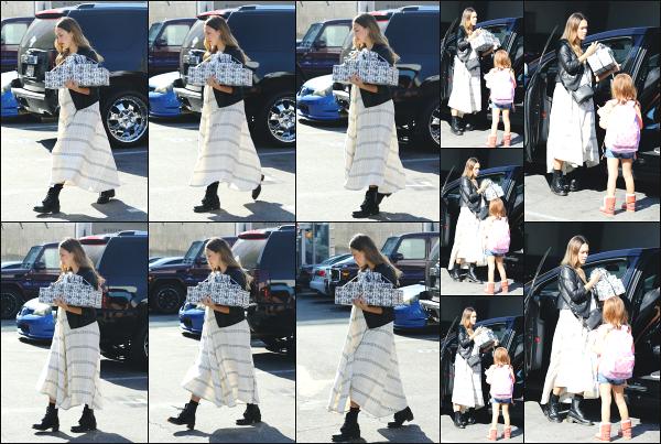 - 14.10.17 ─ Notre Jessica Alba  et ses deux filles sont aperçues, arrivant à une fête d'anniversaire dans Beverly Hills[/s#00000ize] Petite journée tranquille pour Jessica A. ce jour là apparement, car elle se rendait à l'anniversaire d'un de ses proches en compagnie de ses filles. Un flop -