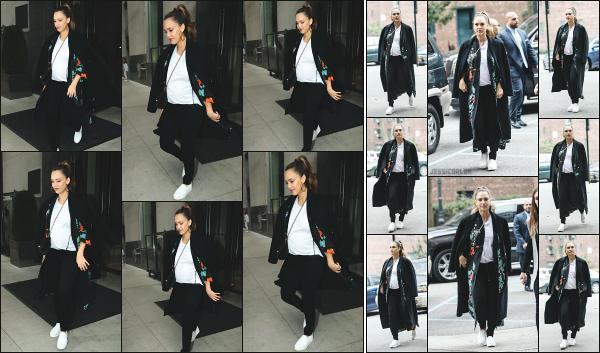 - 26.10.17 ─ La ravissante Jess' est photographiée, quittant l'hôtel « Edition » dans le quartier de Soho à New York ![/s#00000ize]Jessica A. quittait son hôtel dans lequel elle réside tout le temps lors de ses déplacement à New York ! J'aime bien sa tenue, la veste est sympa.  Un top !  -