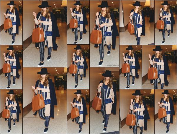 - 27.10.17 ─ La ravissante Jessica Alba est photographiée alors qu'elle arrivait à l'aéroport « LAX » de  Los Angeles ![/s#00000ize]Jess' est donc de retour sur la côte californienne après son petit séjour à New York pour des raisons professionnelles ! J'aime bien la combi qu'elle porte.  -