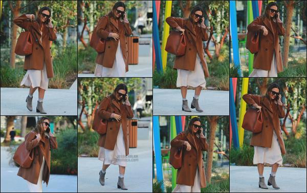 - 09.11.17 ─ Notre Jessica Alba est photographiée alors qu'elle quittait un meeting qui se déroulait à Santa Monica.[/s#00000ize]Jessica A. est enfin aperçue après quelques jours sans nouvelle, et cette fois ci, c'est en quittant les bureaux de The Honest Beauty ! Une tenue très jolie.  -