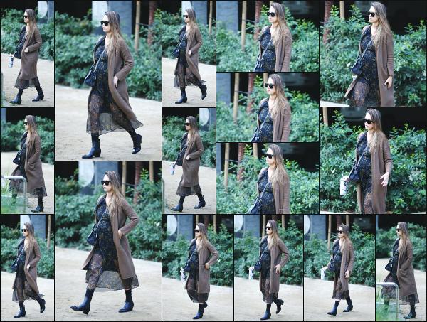 - 17.11.17 ─ Jessica Alba est photographiée alors qu'elle quittait les bureaux de « Honest Beauty » à Santa Monica ![/s#00000ize]Journée chargée pour Jessica qui s'est ensuite rendu dans un des magasins BabiesRus pour tourner une vidéo sur les divers produits pour bébé. Un top !   -