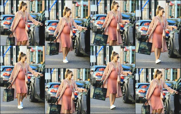 - 25.11.17 ─ Notre ravissante Jessica Alba  est photographiée, faisant du shopping sur Rodeo Drive à Beverly Hills ![/s#00000ize]Une tenue bien colorée cette fois ci, Jessica enchaîne les tops en ce moment en remettant un peu de couleur ! Pour moi, je lui accorde un très jolie top ! -
