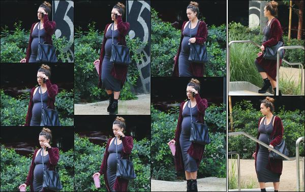 - 27.11.17 ─ Jessica Alba est photographiée alors qu'elle quittait les bureaux de « Honest Beauty » à Santa Monica ![/s#00000ize]Jessica quittait le bureau ce jour là avec un petit gobelet rose à la main! Clairement pas maquillé ce jour là, elle semble plutôt fatiguée. C'est un petit top    -