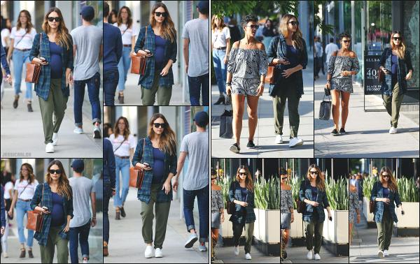 - 26.11.17 ─ Notre ravissante Jessica' Alba  est photographiée, faisant du shopping sur Rodeo Drive à Beverly Hills ![/s#00000ize]Comme la veille, nous retrouvons Jessica au même endroit, mais cette fois ci, accompagnée d'une amie à elle pour une seconde séance shopping. Ptit top -
