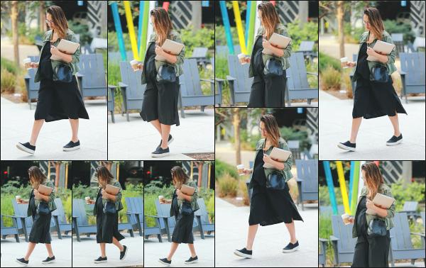 - 21.11.17 ─ Notre ravissante Jessica Alba  est photographiée, arrivant à son bureau dans la ville de Santa Monica !![/s#00000ize]Encore une fois, après être allé chercher son petit café matinal nous la retrouvons devant les bureaux de The Honest. Une tenue classique mais jolie! Top  -