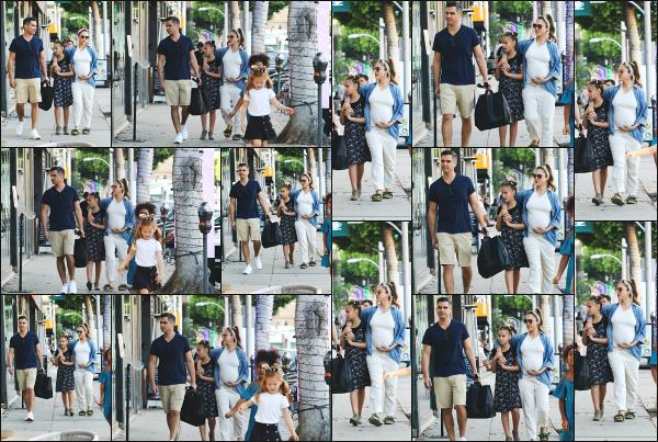 - 24.11.17 ─ Notre ravissante Jessica Alba  est photographiée avec sa famille, allant acheter un sapin à Beverly Hills.[/s#00000ize]Voilà enfin un look qui change de ses dernières semaines! Un peu de couleur claire et un bandeau dans les cheveux ! J'aime plutôt bien se style là ! Top ! -
