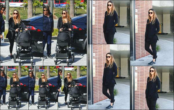 - 12.02.18 ─  La superbe Jessica Alba est photographiée alors qu'elle arrivait à une salle de sport dans Los Angeles.[/s#00000ize]Jess était bien évidemment en compagnie de son fils et de la nounou lors de cette sortie ! Elle se remet donc au sport assez rapidement ! Tenue basique ! -
