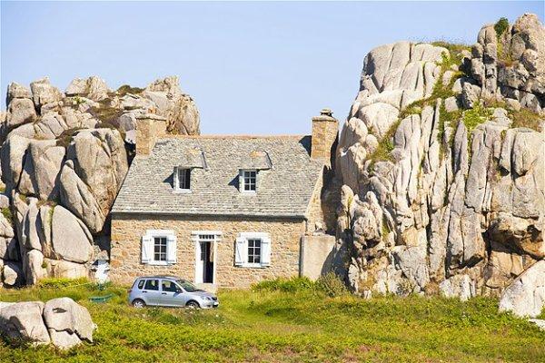 j aime 3/6 Ou elle est la mer .. ? Bretagne ..granit rose , . mais quelle idée de transformer la falise en maison ! baguette magique ?