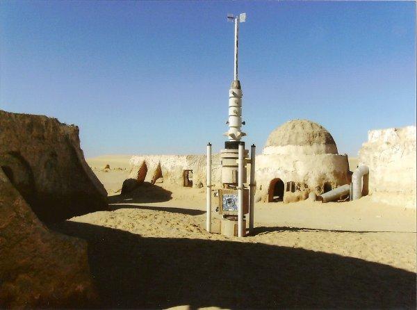j aime 2/6 Tunisie .. Tozeur (?) .. loin de tout .. pour etre pres de tout le monde mdr Une Station Meteo !