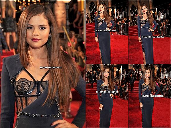 """25.08.2013 : Selena a foulé le tapis rouge des MTV 2013. Elle était d'ailleurs assise aux côtés de Taylor Swift. Congrats Selena ! Notre petite sorcière a remporté son premier Moon Man dans la catégorie """"Best Pop Video"""". Niveau tenue, c'est un top !"""