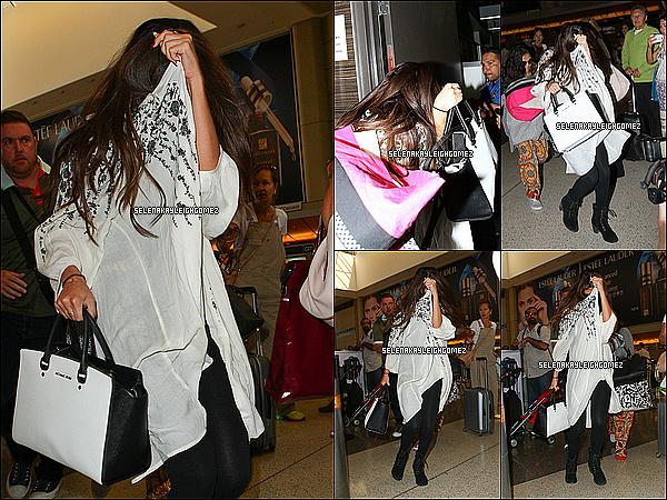 27.08.2013 : Selena a été vu à l'aéroport de L.A., où elle se dirigeait vers le Danemark pour continuer son Stars Dance Tour. Pour sa tenue, je n'aime pas tellement ses chaussures, mais je donne un petit top pour sa tenue vestimentaire.