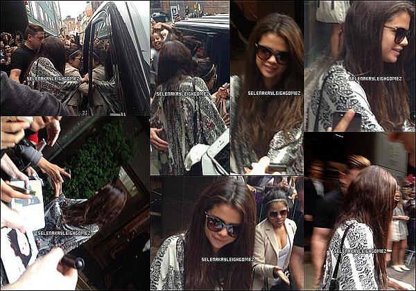 29.08.2013 : Selena est sorti de son hôtel à Copenhague (Danemark) Elle a d'ailleurs pris des photos avec des fans, quels chanceux ! Sa tenue est décontracté mais vaut un top.