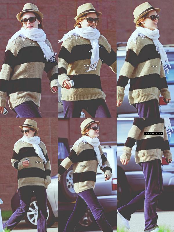 . 22 Mai 2011 : Emma va voir un film avec ses amis. J'adore les candids où Emma sourit ; ) ! .