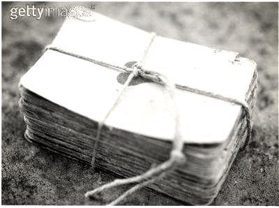 L'indiscret est une lettre décachetée : - Tout le monde peut la lire.