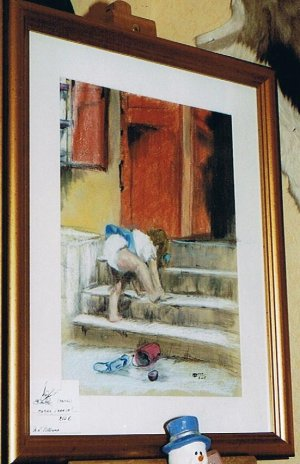 La petite fille sur l'escalier