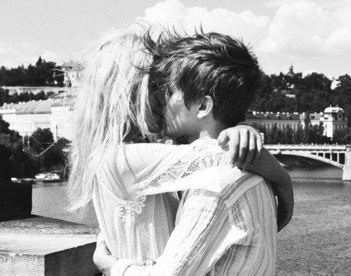 __ Elle le regarde, sourit et repousse une mèche de cheveux de son visage. Elle ne le sait pas encore, mais elle est en train de tomber amoureuse... __